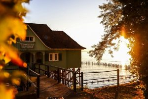 Lake house - Make sure you are aware of things to look for when buying a lake house in Grimsby.